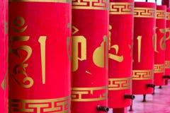 Czerwoni buddyjscy modlitewni koła z złocistym teksta zakończeniem Zdjęcia Stock