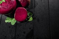 Czerwoni buraki i liście na czarnym tle Beetroot i mennicy sok w szkle Luksusowi weganinów koktajle kosmos kopii zdjęcie royalty free