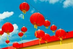 Czerwoni Chińscy Papierowi lampiony przeciw niebieskiemu niebu fotografia stock