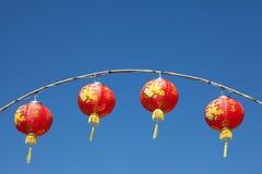 Czerwoni chińscy lampiony z niebieskim niebem Zdjęcia Stock