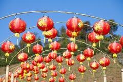 Czerwoni chińscy lampiony z niebieskim niebem Obrazy Royalty Free