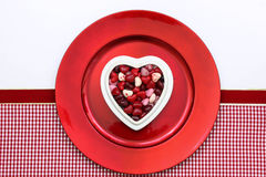 Czerwoni cukierków serca na czerwień talerzu Obraz Stock