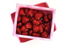 Czerwoni dekoracyjni serca w menchii pudełku, Fotografia Stock