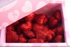 Czerwoni dekoracyjni serca w menchii pudełku, Fotografia Royalty Free