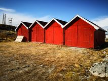 Czerwoni drewniani budynki wioska rybacka w Norwegia obraz stock