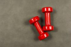 Czerwoni dumbbells waży trzy kilo Fotografia Royalty Free