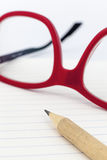 Czerwoni eyeglasses na notatniku zdjęcie stock
