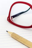 Czerwoni eyeglasses na notatniku obraz royalty free