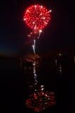 Czerwoni fajerwerki i odbicie w rzece Zdjęcie Stock