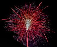 Czerwoni fajerwerki z czarnym tłem obraz royalty free
