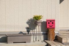 Czerwoni garnki w Japonia i skrzynka pocztowa w domu Obraz Stock