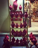 Czerwoni gliniani garnki dla wielkanocy, Corfu miasteczko, Grecja Zdjęcia Royalty Free