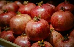 Czerwoni grapefruits na kontuarze odgórny widok zdjęcia royalty free