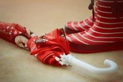 Czerwoni gumowi buty i parasol Fotografia Stock
