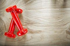 Czerwoni hantle na drewno desce bezpośrednio nad sprawności fizycznej pojęcie Zdjęcia Stock