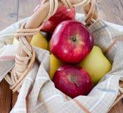Czerwoni i żółci jabłka Fotografia Stock