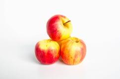Czerwoni i żółci jabłka na bielu Zdjęcie Royalty Free