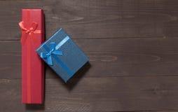 Czerwoni i błękitni prezentów pudełka są na drewnianym tle z pustym Obraz Royalty Free
