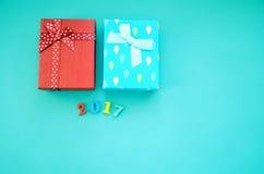 Czerwoni i błękitni prezenty na błękitnym tle Obrazy Royalty Free