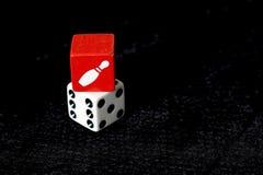 Czerwoni i Biali kostka do gry na czarnym tle Zdjęcie Royalty Free