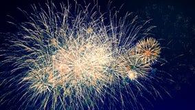 Czerwoni i pomarańczowi fajerwerki pękają w niebie szczęśliwy pojęcie nowy rok zdjęcie wideo
