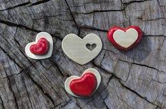 Czerwoni i Złociści serca na drewnie Obraz Stock
