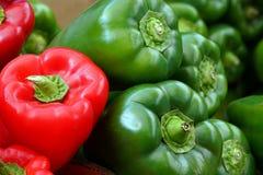 czerwoni i zieleni pieprze przy rynkiem zdjęcia stock