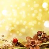 Czerwoni i złociści Bożenarodzeniowi baubles na tle Zdjęcia Stock
