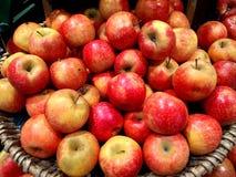 Czerwoni jabłka świezi zdjęcia royalty free