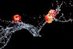 Czerwoni jabłka, lata w przestrzeni z wodą Zdjęcie Stock