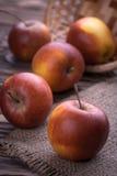 Czerwoni jabłka na drewnianym stole, selekcyjna ostrość Zdjęcia Royalty Free