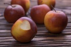 Czerwoni jabłka na drewnianym stole, selekcyjna ostrość Fotografia Royalty Free