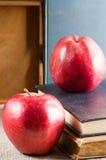 Czerwoni jabłka na starych rocznik książkach Obrazy Royalty Free