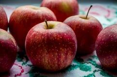 Czerwoni jabłka na tle ręcznik fotografia royalty free