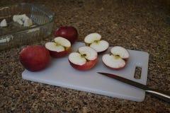 Czerwoni jabłka na tnącej desce być składnikami w cobbler w jesieni lub kulebiaku zdjęcia royalty free