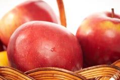 Czerwoni jabłka w koszu odizolowywają Zdjęcie Stock