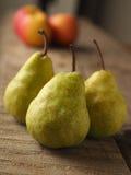 Czerwoni jabłka i zielone bonkrety Fotografia Stock