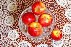 Czerwoni jabłka na aglass tacy Fotografia Stock