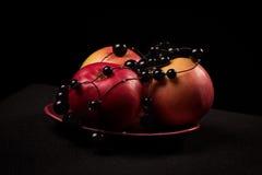 Czerwoni jabłka na czarnym tle Obraz Stock