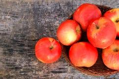 Czerwoni jabłka na drewnianym tle Obrazy Royalty Free