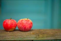 Czerwoni jabłka na stole Zdjęcie Royalty Free
