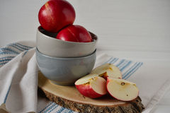 Czerwoni jabłka na szarym ceramicznym talerzu Kraju styl Fotografia Stock