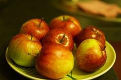 Czerwoni jabłka na talerzu Obrazy Stock