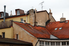 Czerwoni kafelkowi dachy ściany domy i kominy, Obraz Royalty Free