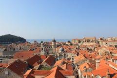 Czerwoni kafelkowi dachy w historycznym centre Dubrovnik Chorwacja obrazy stock