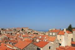 Czerwoni kafelkowi dachy w historycznym centre Dubrovnik Chorwacja zdjęcia stock