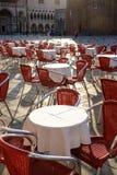 Czerwoni kawiarni krzesła, stoły w ranku słońcu i, Wenecja, Zdjęcia Royalty Free