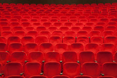 Czerwoni kina lub teatru siedzenia Zdjęcia Stock