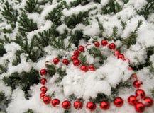 Czerwoni koraliki w kształcie serce z śniegiem zdjęcia stock