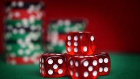 Czerwoni kostka do gry i kasyno układy scaleni na zielonym stole Zdjęcie Stock